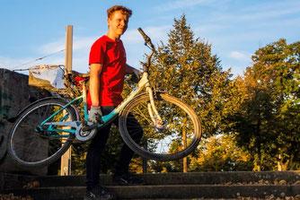 Bei der Müllsammelaktion wurde ein gestohlenes Fahrrad gefunden, das am Ende der Polizei übergeben wurde.