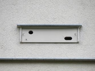 Nisthilfen lassen sich leicht im Zuge der Fassadenarbeiten in die Wärmedämmung integrieren. Ihre Berücksichtigung von Beginn an vermeidet Zusatzkosten und Konflikte. Foto: NABU Leipzig