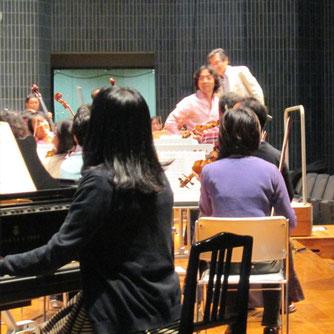 秋川雅史氏、オーケストラとリハーサル中