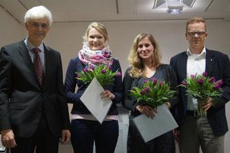 Seminarleiter Dr. Johann Sjuts würdigte die herausragenden Ergebnisse von Dr. Karen Brüning, Melanie Queder und Claas Geiken. Foto: Thode