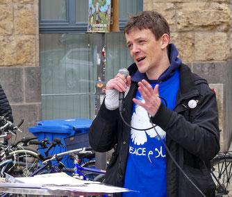 Philipp Gliesing vom Koordinierungskreis der Thüringer Ostermärsche eröffnet die Demo in Jena. (Foto: Ihle)