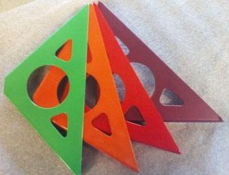 équerres pour étagère murale coloris vert, orange et rouge