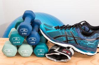 Gewichte, Sportschuhe und Gymnastikball