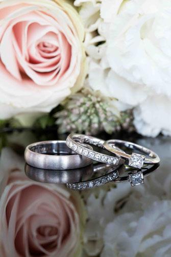 Makroaufnahme Eheringe, Nahaufnahme Ringe, Detailaufnahme Hochzeit, Eheringe im Detail