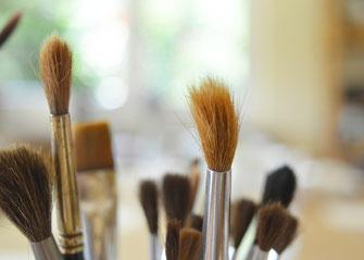 Pinsel sind nur eine der vielen Materialien, mit denen in der Kunsttherapie gearbeitet werden kann