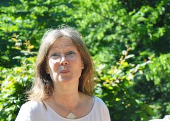 Die Kunsttherapeutin Helen Wissen in ihrem Garten