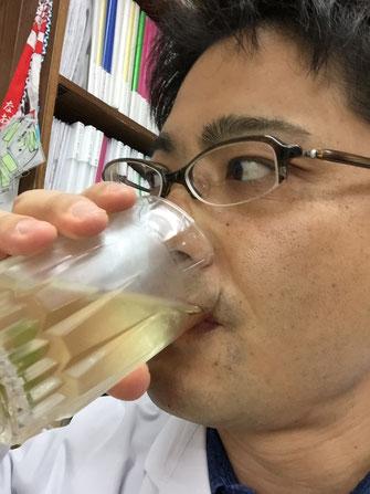 バジルシードリンクを冷やしてから飲むガーデンドクター柴ちゃん。