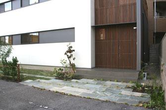 もうひとつの玄関前は植物と天然素材をあわせました