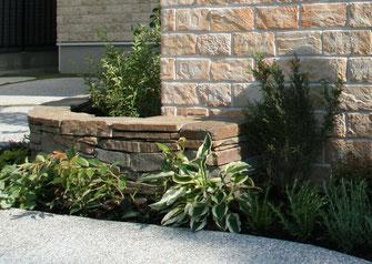 石積と植栽が空間を引き締めています