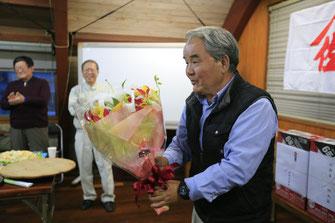 定年の節目を迎えられた小森さんに花束贈呈。思わず顔がほころびました。これからも継続して頑張ってくださいます。