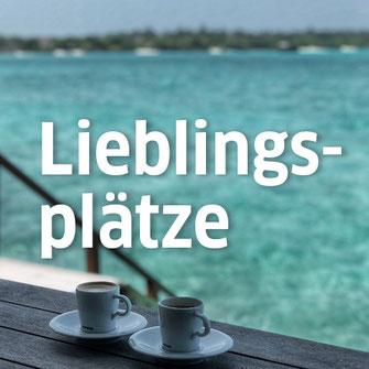 Zwei Espressotassen auf einem Tisch vor einem See als Titelbild für die Rubrik Lieblingsplätze