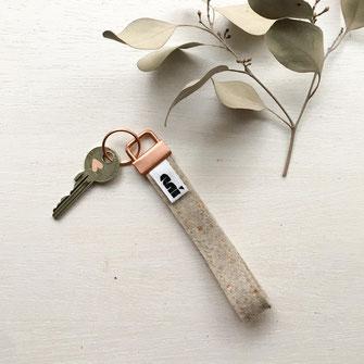 Schlüsselanhänger aus Filz mit Kupferpunkten