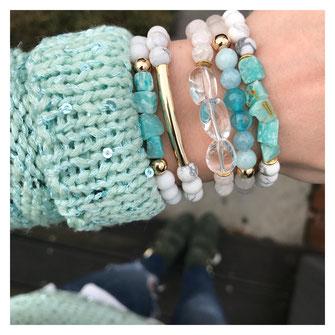 Moderne Edelstein Armbänder, Ibiza-Style, Boho, Sommerschmuck, Sommerlook, handgemacht aus Köln, vergoldet, türkis und weiß