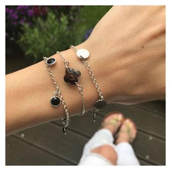 versilberte schwarze dunkle Armbänder von EVAMARIAjewelry, trendiger handgemachter Schmuck, modern und zeitlos