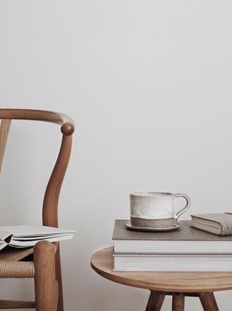 Wishbone chair mit Sidetable Bücher und Tasse
