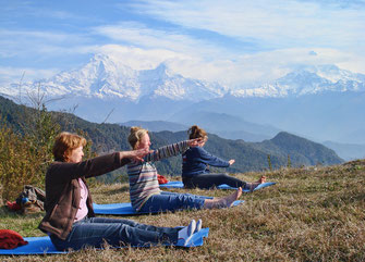 Sirubari & Panchassee Yoga Trek in Nepal, sanftes Yoga mit Blick auf die Himalaya Bergkette; Yoga Urlaub in Nepal, Yoga Trekking in Nepal