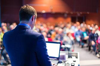 businessandmanagement- P. Martin Solution - Die meisten Vorträge liegen irgendwo zwischen Bericht und Geschichte. Ein Bericht ist detailliert und informativ - reisst das Publikum aber nicht unbedingt vom Hocker.