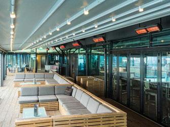 Mit Wärmestrahlern beheizte Lounge-Terrasse