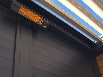 Heizstrahler unter einem Lamellendach montiert