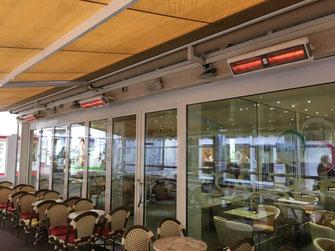 Eiscafé-Terrasse mit Heizstrahlern für den Herbst und Winter