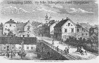 Storgatan sedd från Stångebro infarten från Norrköping. Tredje huset på höger hand är Gården 47 S:t Lars kvarter, Storgatan 5 med Sundbergska Garveriet. Till vänster nere vid ån tvättanläggning med klappbrygg.
