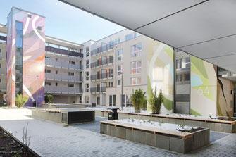 Innenhof des Gebäudes / Farbe und Architektur