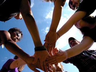 Bild zu Baustein Teambuilding im Fit for Job Azubi Training, Hände des Teams aufeinander gelegt
