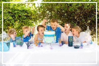 Les enfants autours du gâteau d'anniversaire décoré, organisation et décoration d'un anniversaire enfants par Daydream Events, thème sous l'océan