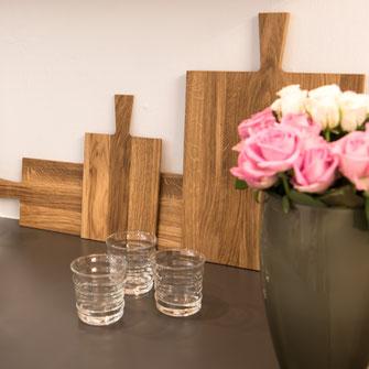 Holzbretter Eiche, Vasen, Trinkgläser