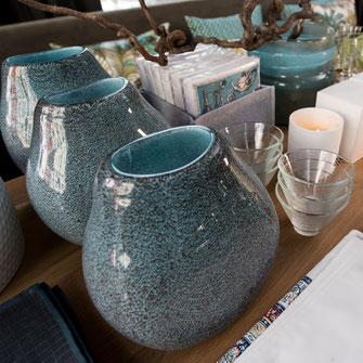 Vasen, Sojawachsduftkerzen, Papierservietten, Geschirrtücher - ausgesuchte Saisonware im Sortiment von Stoffwerk