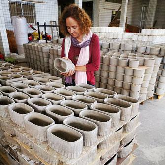 Qualitätskontrolle in der Produktionshalle Keramik