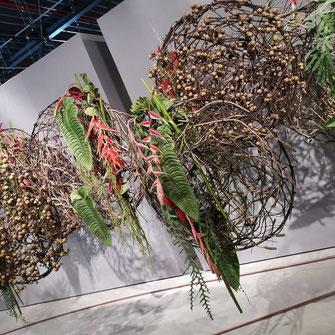 Raumdekoration mit exotischen Zweigen und Blättern