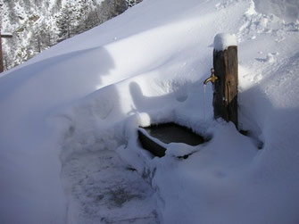 vereister Brunnen im Winter