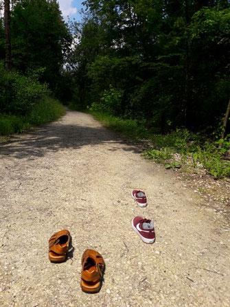 Mönchs-Sandalen und Jogging-Schuhe