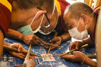 Tibetische Mönche in voller Konzentration