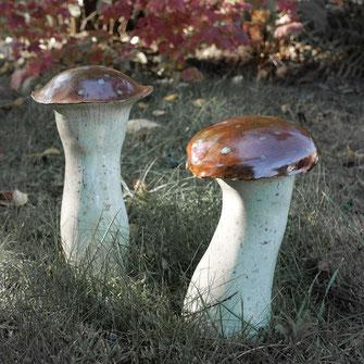 Keramik - Schwammerl im Rasen stehend zur Dekoration für den Garten.