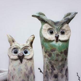Eulen aus Keramik für den Garten in den Farben grün und beige