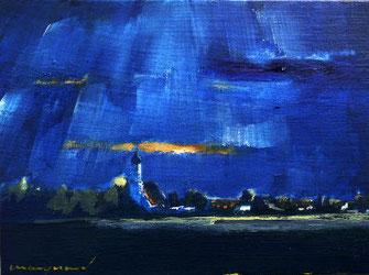 dunkelblauer Nachthimmel über Dorf mit Kirche
