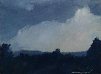 Grauer Himmel, Bäume, weiße Wolke