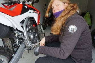 Motorrad Mechanikerin im Einsatz