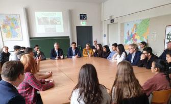 Unsere Schüler*innen berichten Altbundespräsident Wulff von ihren familiären Migrationsgeschichten, die die Interkulturalität unserer Schule auszeichnet