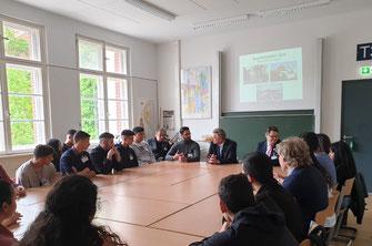 Altbundespräsident Wulff im Gespräch mit unseren Gedenkstättenfahrt-Teilnehmer*innen über die emotionalen Eindrücke am authentischen Lern- und Gedenkort Auschwitz-Birkenau