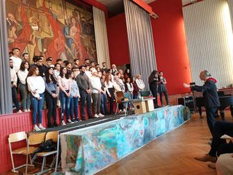 Chor des Ernst-Abbe-Gymnasiums und sein Leiter, Herr Betzner-Brandt