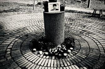 Trauerfeier: Urne am Trauerplatz