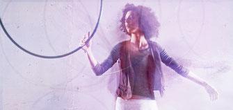 Frau hält Hula Hoop Reifen hoch. Hula Hoop Workshop