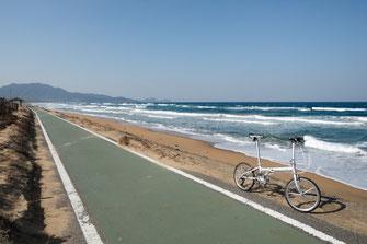 ひびき灘自転車道は世界遺産に登録された宗像・沖ノ島と関連遺産群が点在する地域を巡るコースです。クルマとアップダウンが少なく、休憩所も随所に設置されているので、ポタリングを初めたばかりの方にでもお勧めできるコースです。
