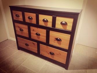 Commmode en pin à la base, repeinte en noir sauf les tiroirs et poignées coques installées