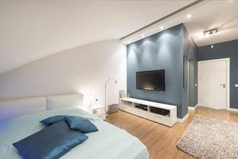 Abgehängte Decke im Eingangsbereich eines Schlafzimmers mit Spotlights