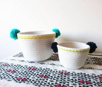 corbeilles-rangement-blanches-bleu marine-turquoise-jaune-tapis berbere