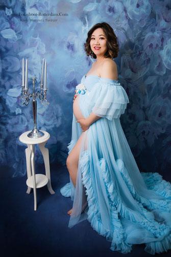 vrouw in verwachting in witte zwangerschapsjurk